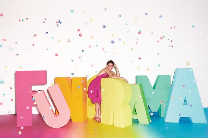 Lettre FUNORAMA multicolor avec mannequin en rose